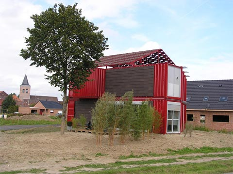 Building a house out of shipping containers the lille red for Maison container france