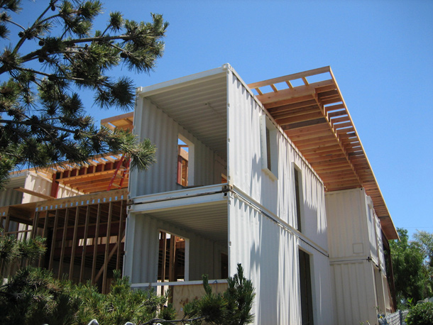 Redondo shipping container beach house for Arquitectura contenedores maritimos