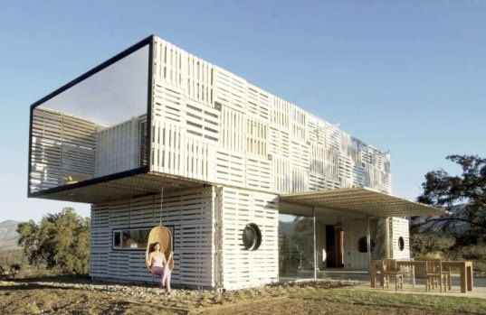 Shipping pallets on a shipping container home for Wohncontainer design
